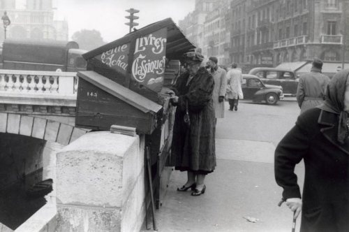 Agatha Christie, shopping for used books on the banks of the Seine, Paris 1-1-1955