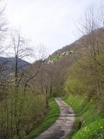 La route actuelle qui permet de monter au hameau en voitures.