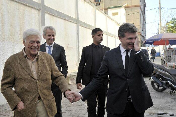 Après les faussaires de l'Histoire coloniale (notre article précédent) prenons l'air du grand large avec Arnaud Montebourg et Guy Bedos et retournons en Algérie