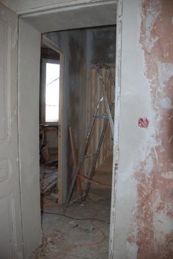 Rebouchage des saignées et du bati de la porte
