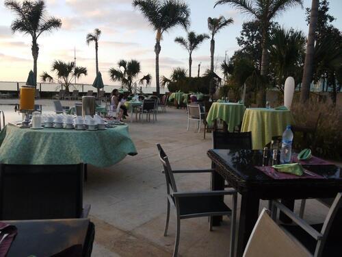 Tables disposées autour de la piscine