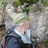 Passage près d\'un rocher frontière avec une croix