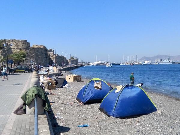 Sur l'île de Kos, vivent  des hommes, des femmes, des enfants partis de leur pays, la Syrie