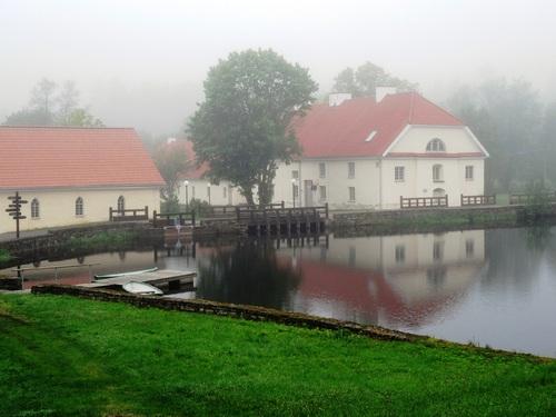 Vihula et son manoir en Estonie, près de la Baltique par un jour brumeux de mai (photos)