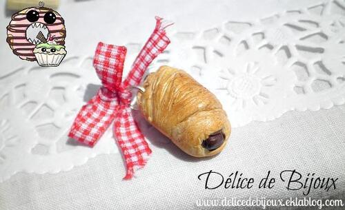 Pendentif porte clés petit pain au chocolat en fimo surmonté d'un noeud ruban carreaux rouges