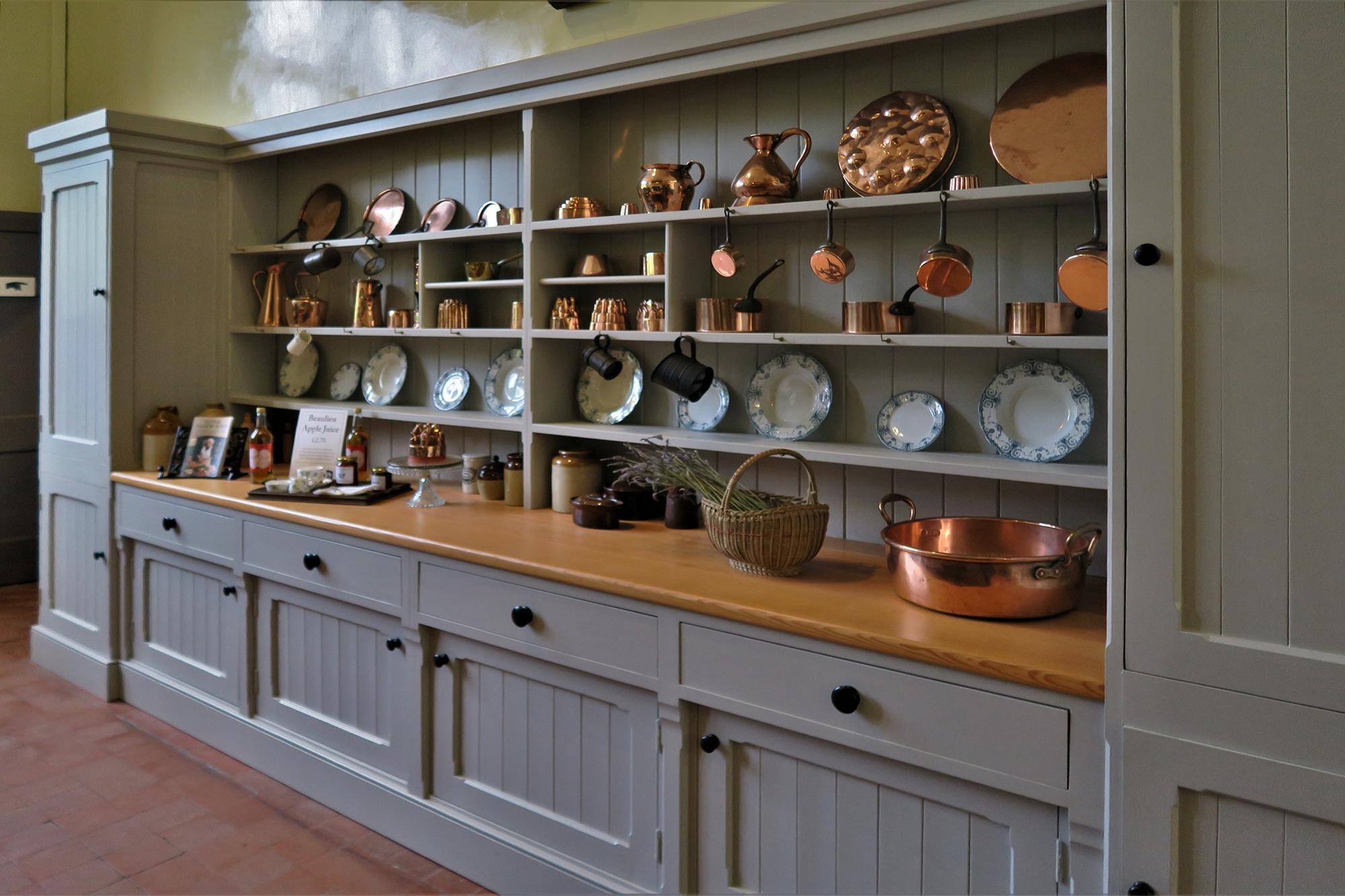 BEAULIEU #2 Palace House . Le vaisselier de la Cuisine