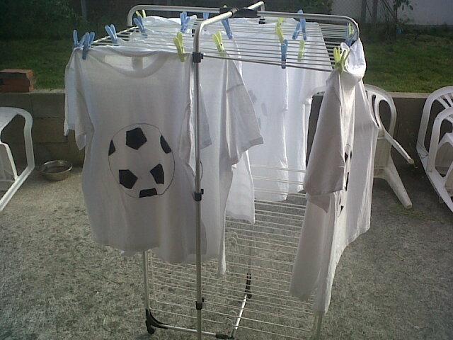 Une fois que les 20 tee-shirts ont leurs ballons, on passe à l'étape peinture, pour ma part j'ai pris de la simple acrylique noir, et vu qu'on avait peur que cela pleuve dites vous qu'on les a recouverts d'une huile protectrice...pour tableaux (je n'avais rien d'autre dans tous pour mon matériel d'art pour imperméabiliser!!)