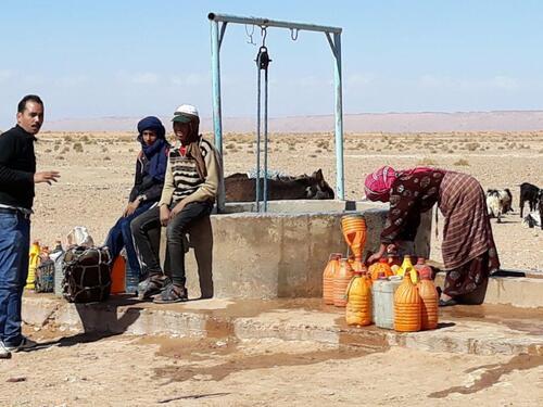 Au puits où les nomades viennent chercher l'eau