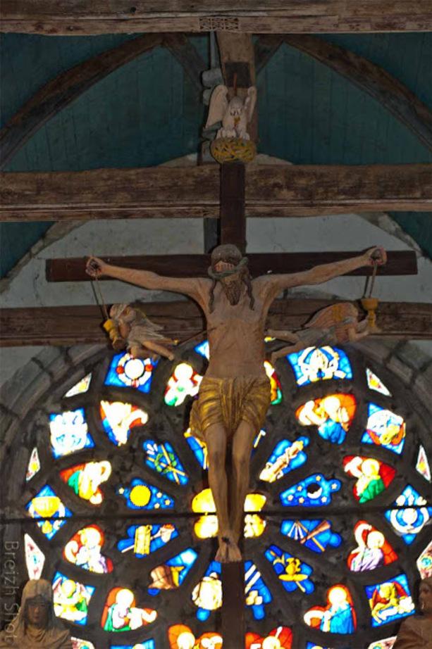 La poutre de gloire de Saint Herbot - Le Christ est surmonté d'un pélican que l'on trouve dans de nombreuses églises et cathédrales occidentales dont le sens est celui du sacrifice pour ceux qu'on aime.