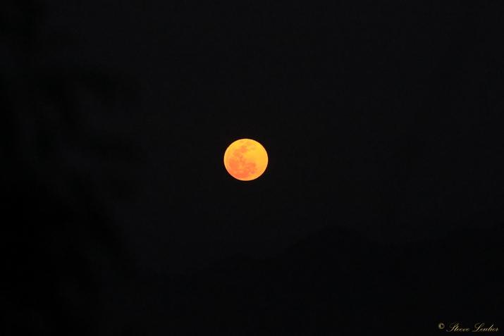 La Lune vu du Mont Phousi à la tombée de la nuit, Laos