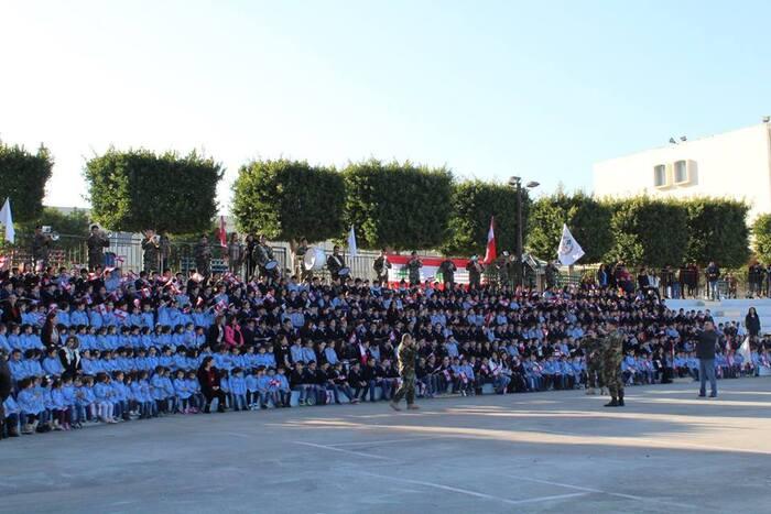 Chanter l'hymne sous la direction de l'armée libanaise.