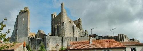 Chauvigny ,la ville haute et les gigantesques murailles du château baronnial » un géant en ruine