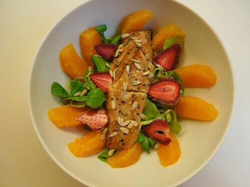 Salade de mâche aux oranges, maquereau au poivre et ses pétales de fraises sèchées.