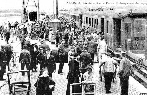 Des escabeaux pour descendre du rapide Paris-Calais maritime