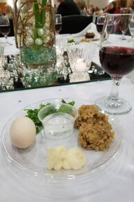 Une assiette de Seder à la Cross Life Church d'Alvarado, dans l'Arkansas. (Autorisation)