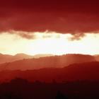 Coucher se soleil sur les Pitons du Carbet - Photo : Hervé