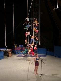 Les CE1 B assistent au spectacle de cirque de l'Enacr.