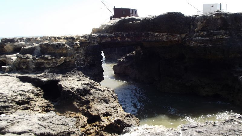 Il faut vraiment traverser bien des épreuves pour l'atteindre par le dessus, mais le voici ! Le Pont du Diable, ainsi nommé parce que le Diable aurait jeté cette pierre entre deux rochers pour sauver un pêcheur surpris par la marée.