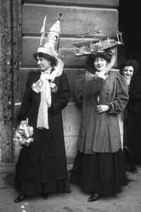 Deux Catherinettes aux chapeaux originaux, Paris, 1909