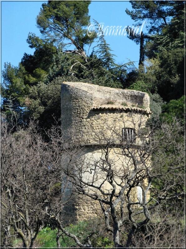 Pigeonnier Château de Lauris Vaucluse pigeonnier à col de manteau relevé