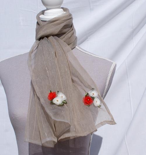 Echarpe en voile taupe aux bouquets d'organza