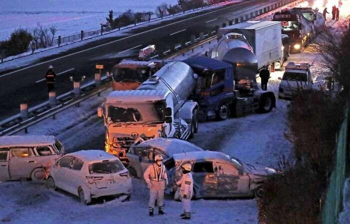 Japon : Une tempête de neige provoque un énorme carambolage sur l'autoroute, une personne est morte