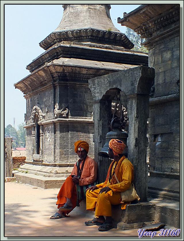 Blog de images-du-pays-des-ours : Images du Pays des Ours (et d'ailleurs ...), Temple de Pashupatinath: les Sadhus d'opérette attrape-touristes et les autres - Katmandou - Népal