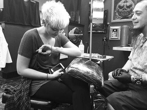 #News Après Prince, Paris se fait tatouer à son tour