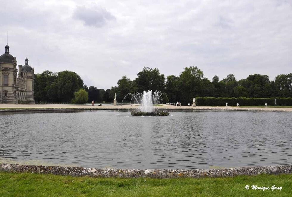 Le parc de Chantilly et ses statues au loin