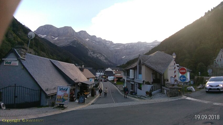 Gavarnie, petit chamonix des Pyrénées, est le lieu de rencontre des amoureux de spectacles naturels grandioses, de rando et de découvertes.