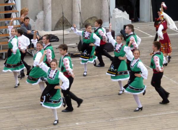 Jour 9 - Plovdiv - Danses folkloriques Jeunes filles et jeu