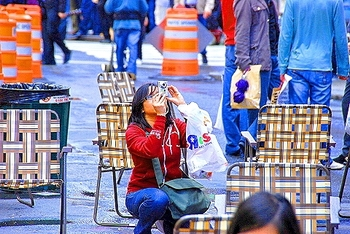 ny_time_square_10_photographers_lawn_chairs_350