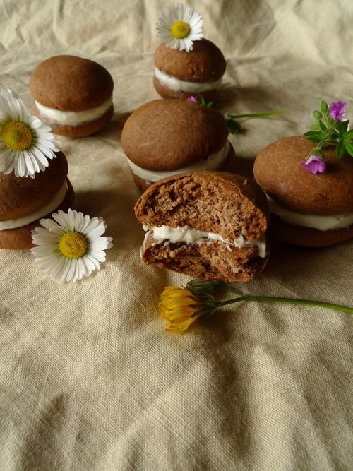 Whoopies au cacao, chèvre frais et miel de lavande