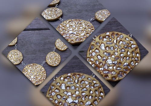 Collier de couleur or avec ses incrustations de métal argenté