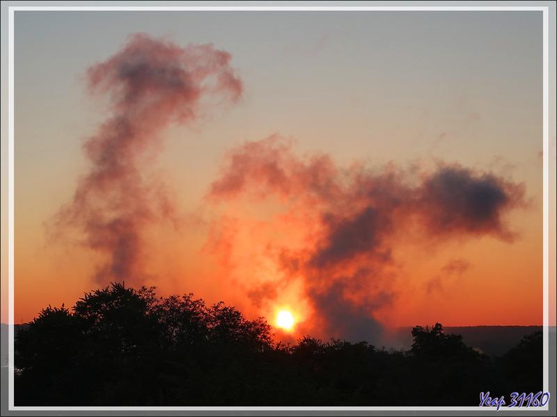 29 mars 2019 : au lever du soleil, la savane est en feu ! En réalité, ce sont les nuages formés par les chutes Victoria vues de notre hôtel - Victoria Falls - Zimbabwe