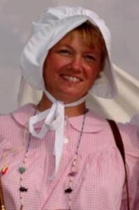Bonnet blanc et Chemise de nuit vichy rose