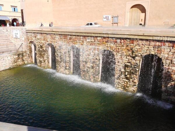Le déversoir permet à l'eau de tomber en cascade