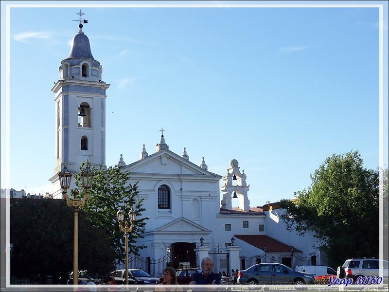 "Quartier de la Recoleta avec sa Basilique Nuestra Señora del Pilar et son arbre géant soutenu par ""El Atlas de Recoleta"" - Buenos Aires - Argentine"