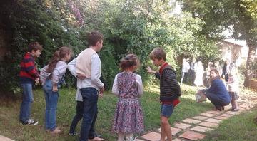 L'image contient peut-être: 2 personnes, personnes debout, arbre, enfant, chaussures, plante, herbe, plein air et nature
