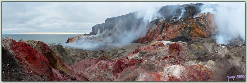 Approche d'un des antres du Diable - Smoking Hills - Cape Bathurst - Territoires du Nord-ouest - Canada