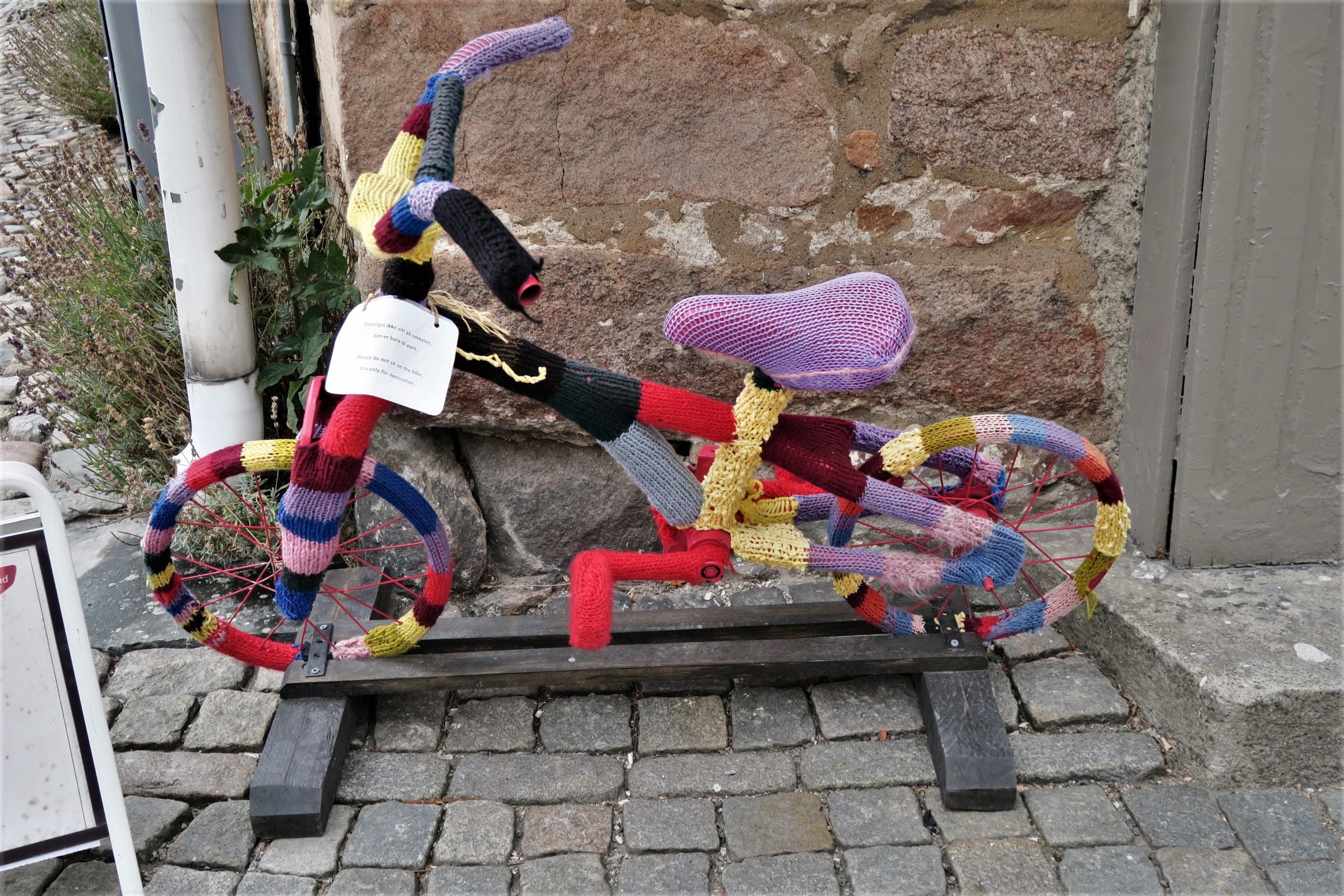 Sur l'étiquette, il est expliqué que le vélo n'est pas à vendre. C'est de la décoration .