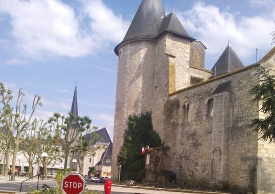 Drapeaux et gerbe au pied du Beffroi, à Issoudun.