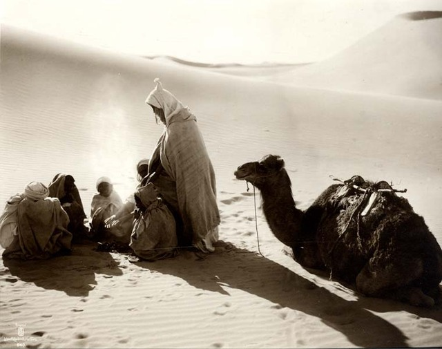 Feu entre deux dunes dans le désert. 1910