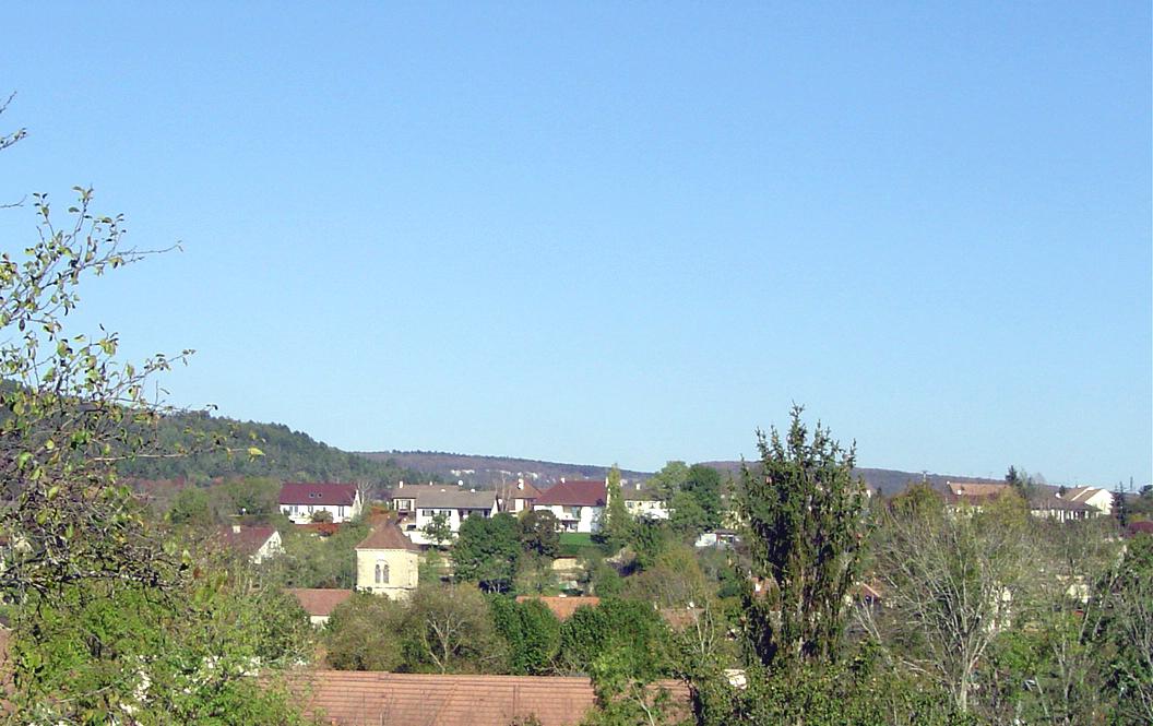 Fleurey-sur-Ouche clocher (au milieu des toits).jpg