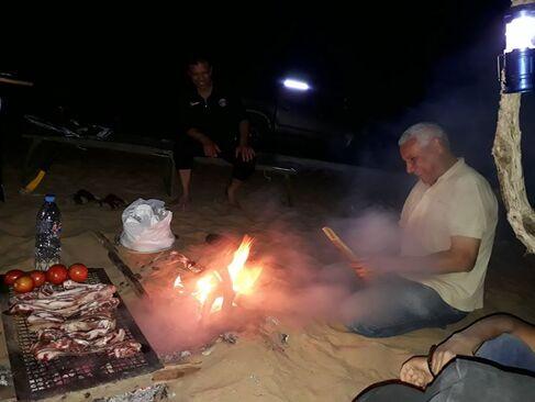 L'image contient peut-être: 2 personnes, personnes souriantes, nuit et feu