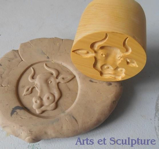 Donnez une touche d'originalité et de luxe à vos ramequins et mottes de beurre avec ce poinçon tête de vache de 3,8cm - Arts et Sculpture, sculpteur sur bois, créations personnalisées et sur-mesure, artisan d'art
