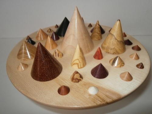 BOITE en ERABLE à PYRAMIDES en divers bois tournés