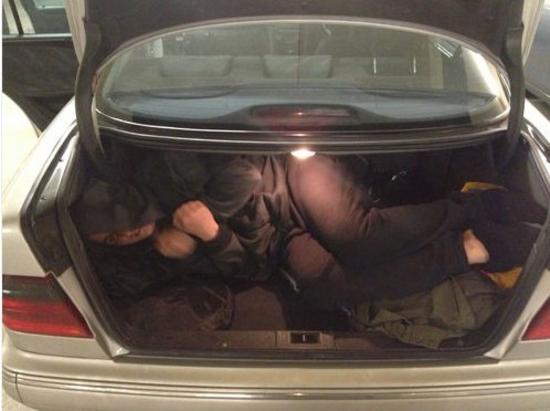 Cette femme se met dans la coffre de sa voiture pour montrer sur eBay qu'il y a de la place