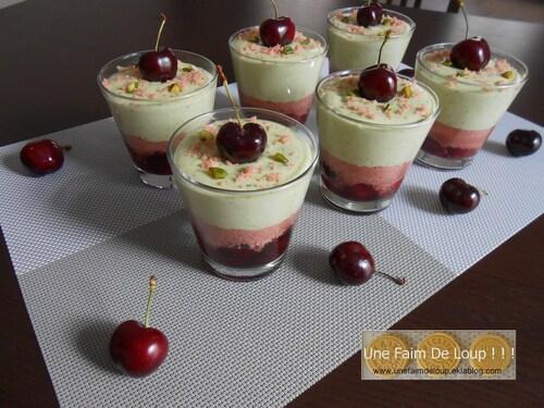Verrine de cerises aux biscuits roses de Reims et mousse à la pistache