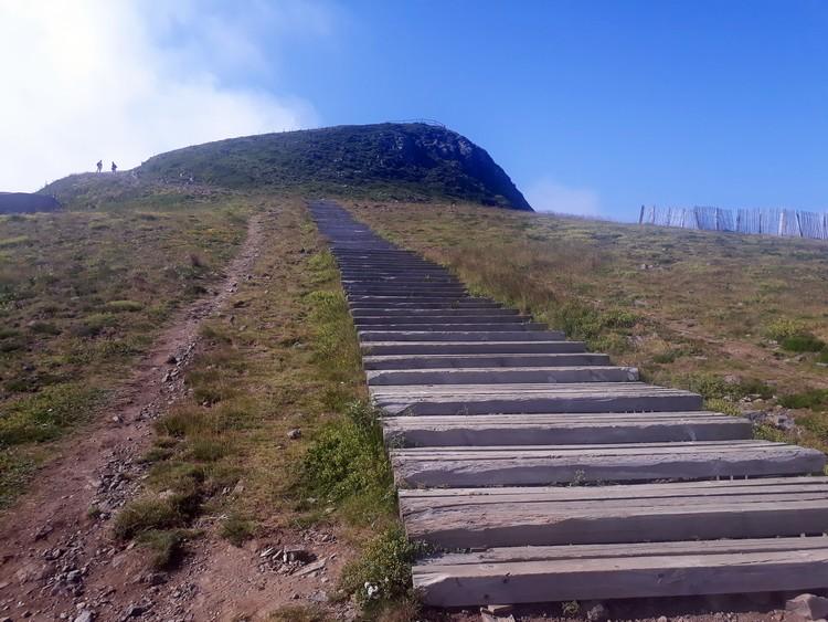 Escalier d'accès au sommet